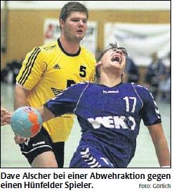 Dave Alscher bei einer Abwehraktion gegen einen Hünfelder Spieler. Foto: Görlich